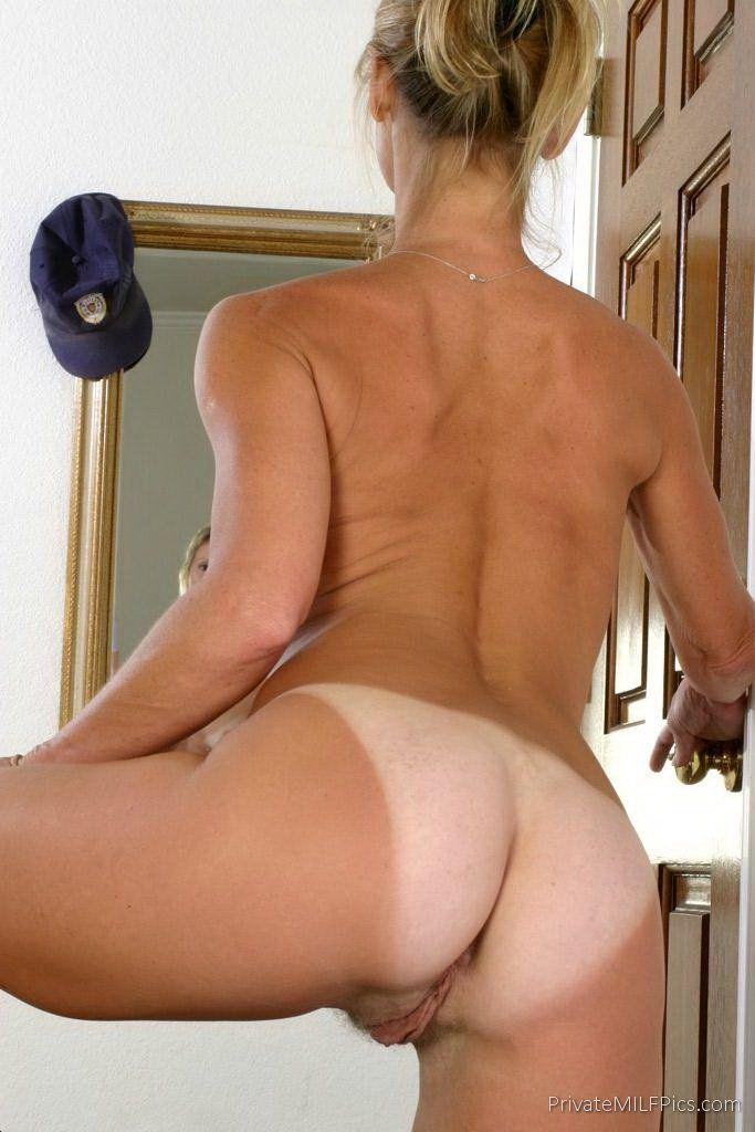 Milf shows her pussy from behind